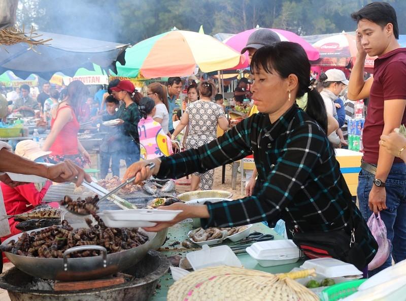 Biển Cam Bình được du khách ưa chuộng mùa Tết - ảnh 3