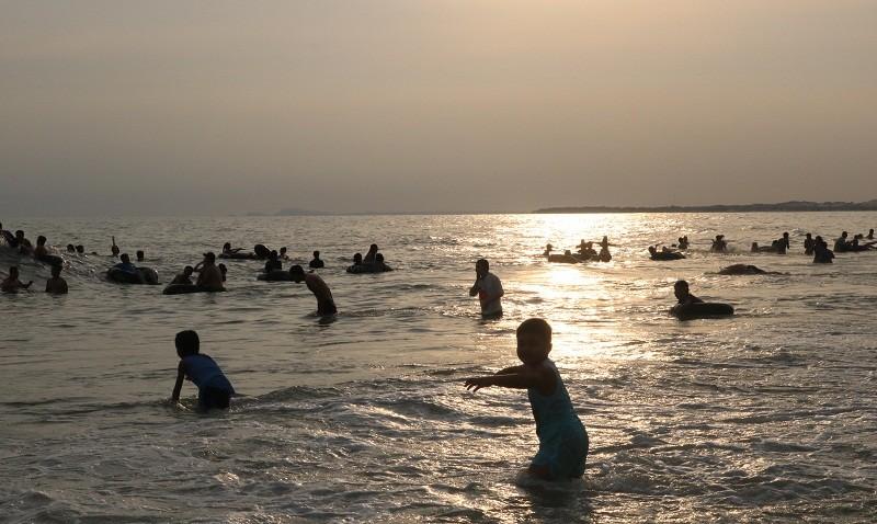 Biển Cam Bình được du khách ưa chuộng mùa Tết - ảnh 22