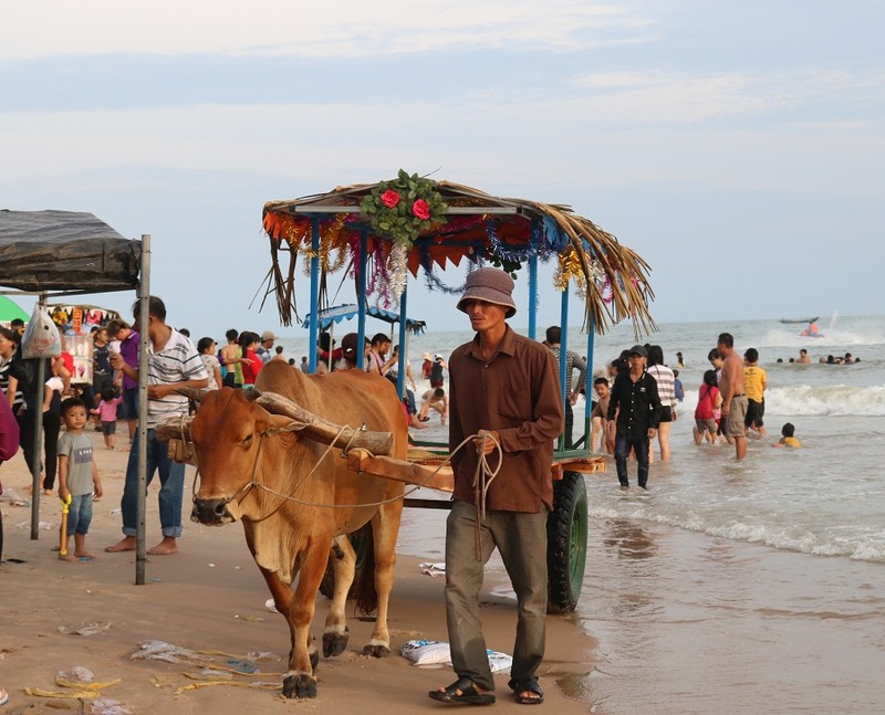 Biển Cam Bình được du khách ưa chuộng mùa Tết - ảnh 21