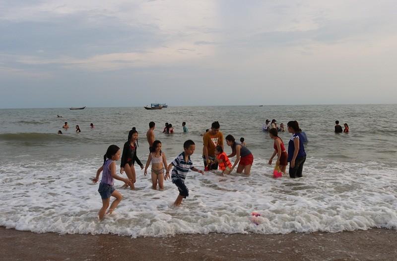 Biển Cam Bình được du khách ưa chuộng mùa Tết - ảnh 20