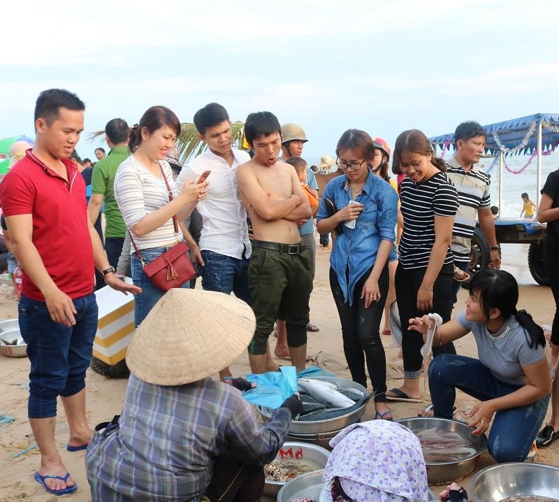 Biển Cam Bình được du khách ưa chuộng mùa Tết - ảnh 1