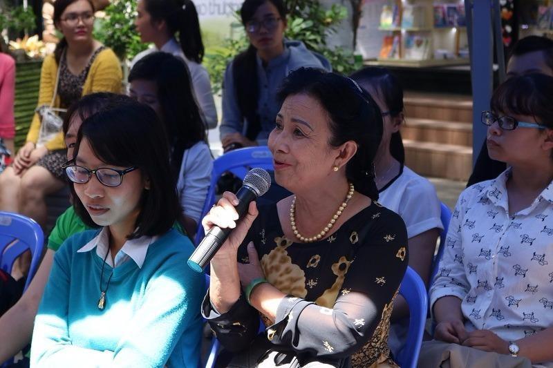 Người đến tham gia chương trình hỏi những vấn đề liên quan đến xâm hại tình dục.