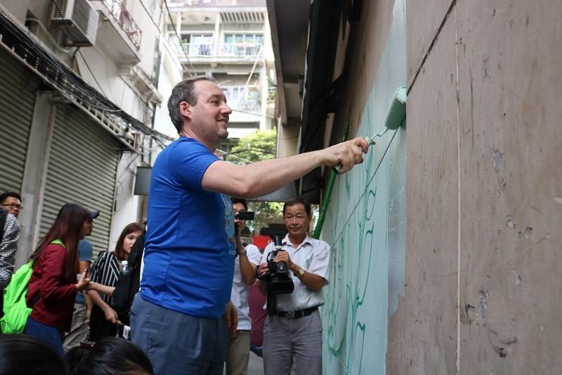 Phó đại sứ Anh xắn tay vẽ tranh tê giác trên tường  - ảnh 2