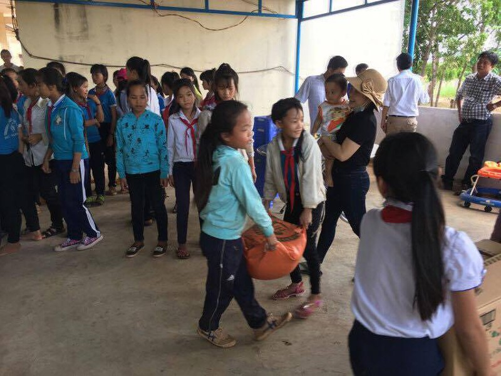 Anh Tám Khỏe hỗ trợ gạo, hạt giống cho học sinh nghèo - ảnh 3