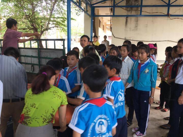 Anh Tám Khỏe hỗ trợ gạo, hạt giống cho học sinh nghèo - ảnh 2