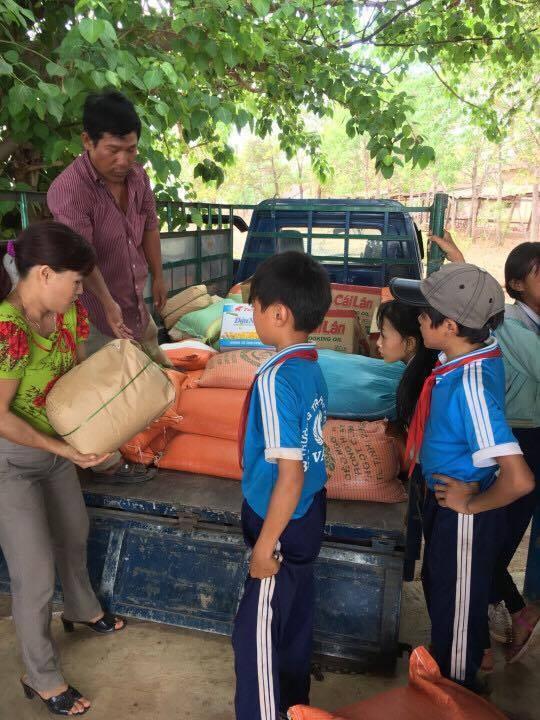 Anh Tám Khỏe hỗ trợ gạo, hạt giống cho học sinh nghèo - ảnh 1