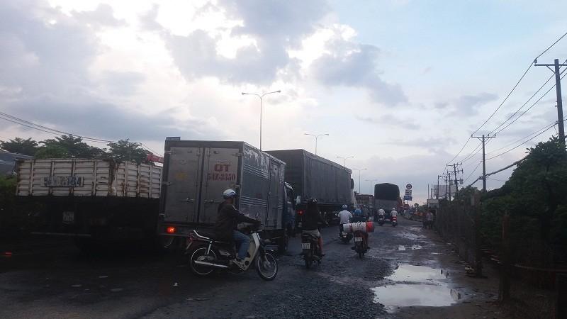 Quốc lộ 1A: Xe máy leo lề vì xe tải lấn ngang - ảnh 2