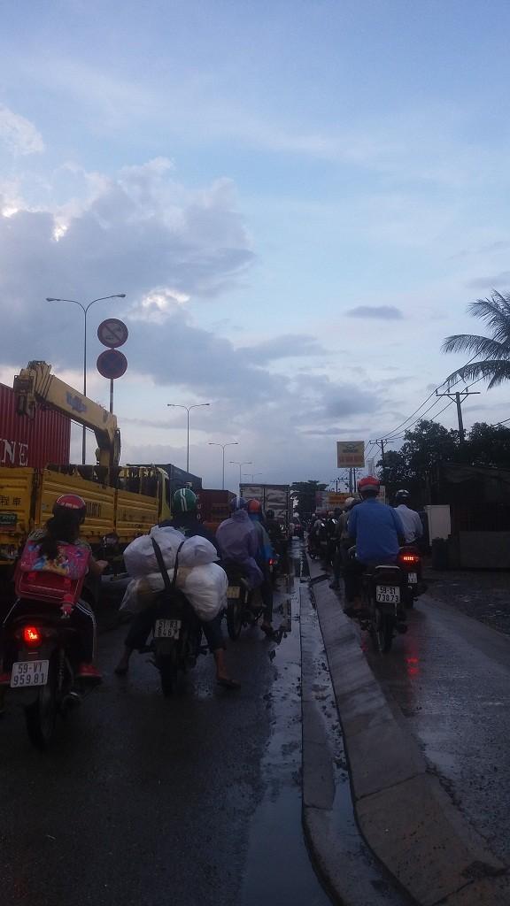 Quốc lộ 1A: Xe máy leo lề vì xe tải lấn ngang - ảnh 1