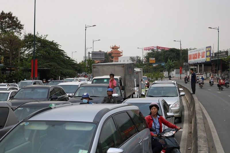 Ùn ứ trên giao lộ Phạm Văn Đồng - ảnh 10