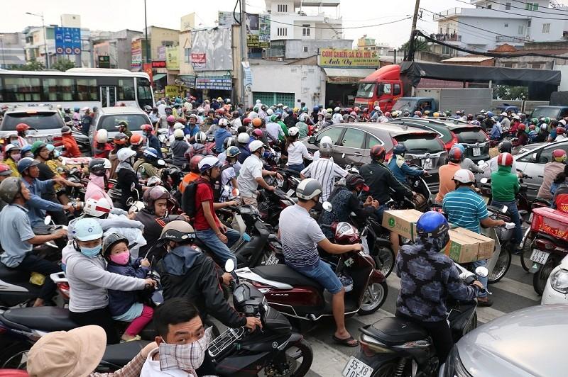 Ùn ứ trên giao lộ Phạm Văn Đồng - ảnh 1