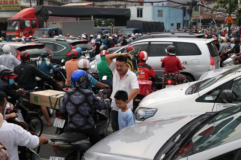 Ùn ứ trên giao lộ Phạm Văn Đồng - ảnh 2
