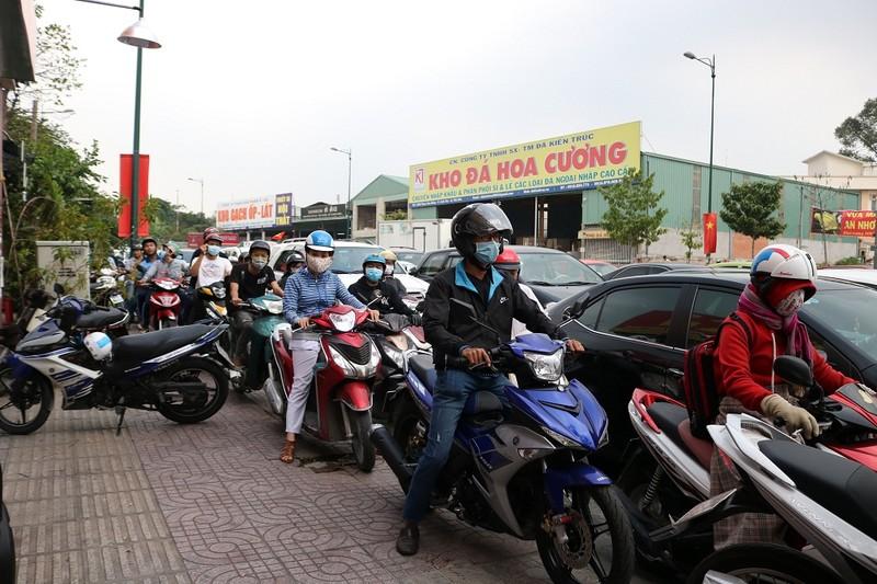 Ùn ứ trên giao lộ Phạm Văn Đồng - ảnh 3
