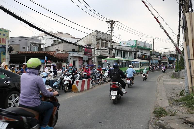 Ùn ứ trên giao lộ Phạm Văn Đồng - ảnh 4