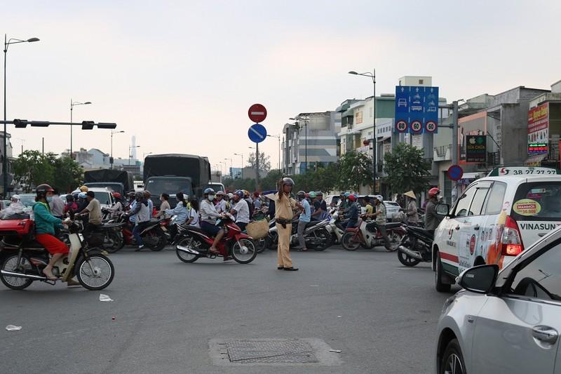 Ùn ứ trên giao lộ Phạm Văn Đồng - ảnh 11