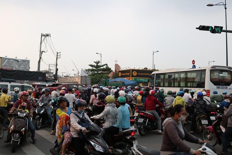 Ùn ứ trên giao lộ Phạm Văn Đồng - ảnh 5