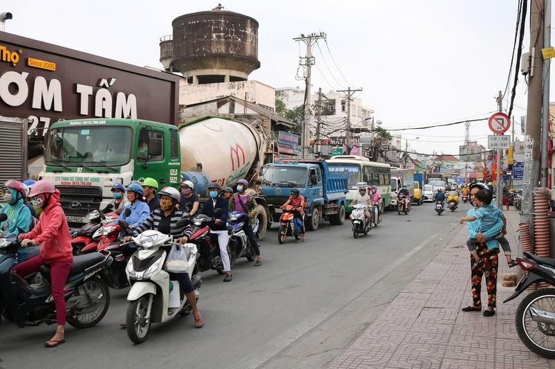 Ùn ứ trên giao lộ Phạm Văn Đồng - ảnh 6