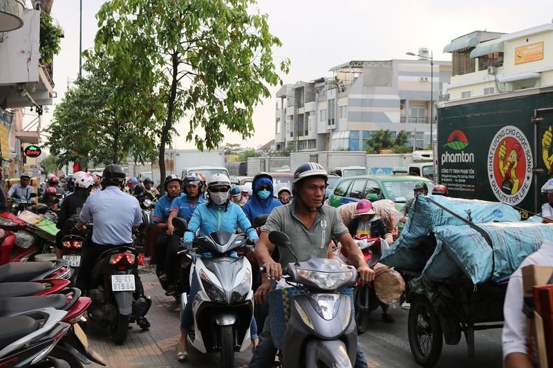 Ùn ứ trên giao lộ Phạm Văn Đồng - ảnh 8