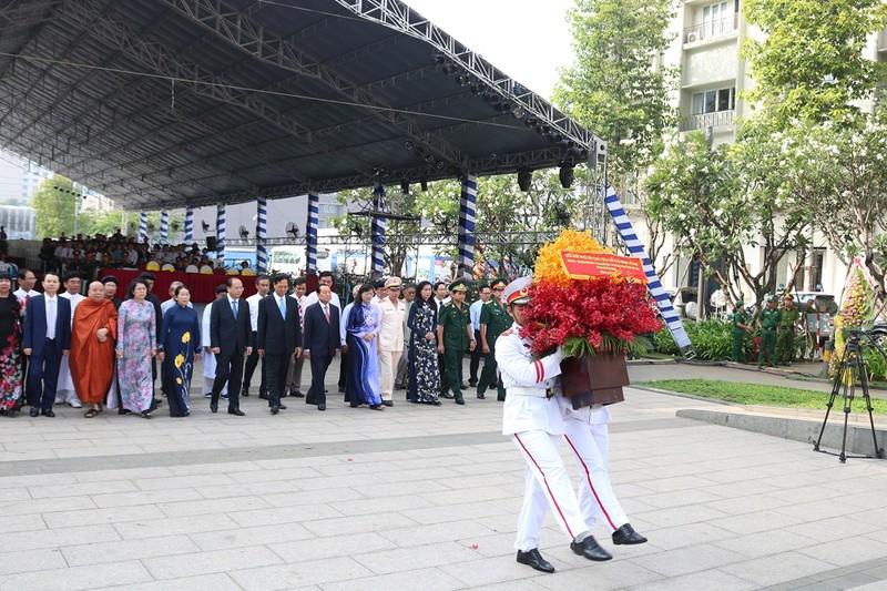 Lãnh đạo TP.HCM dâng hương lên Chủ tịch Hồ Chí Minh - ảnh 8