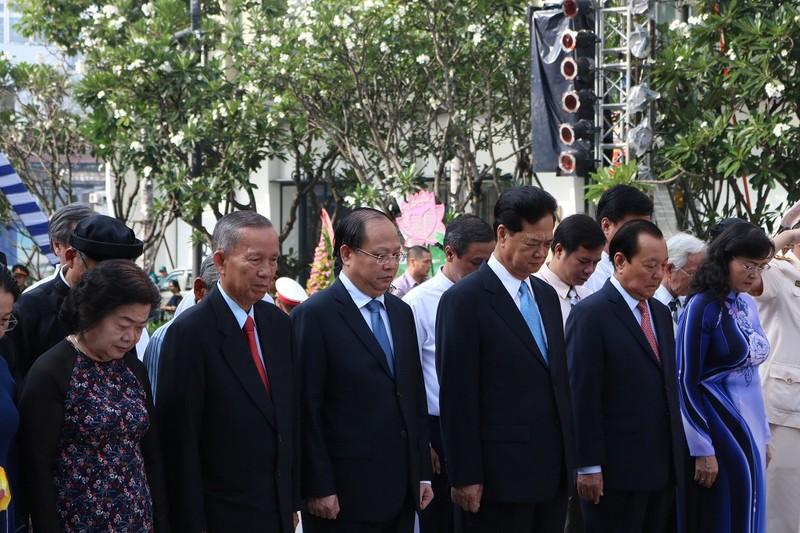 Lãnh đạo TP.HCM dâng hương lên Chủ tịch Hồ Chí Minh - ảnh 9