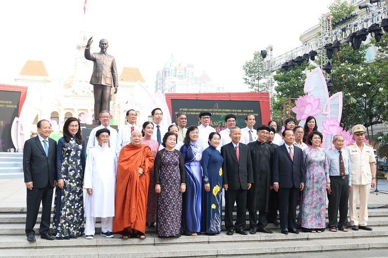 Lãnh đạo TP.HCM dâng hương lên Chủ tịch Hồ Chí Minh - ảnh 10
