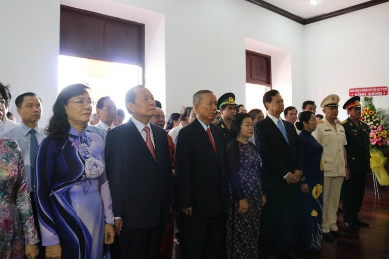 Lãnh đạo TP.HCM dâng hương lên Chủ tịch Hồ Chí Minh - ảnh 1
