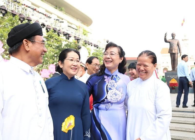 Lãnh đạo TP.HCM dâng hương lên Chủ tịch Hồ Chí Minh - ảnh 11