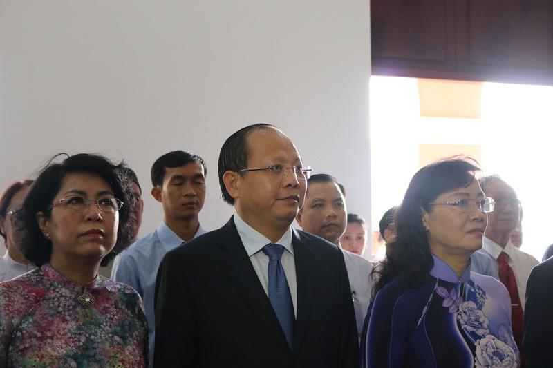 Lãnh đạo TP.HCM dâng hương lên Chủ tịch Hồ Chí Minh - ảnh 2