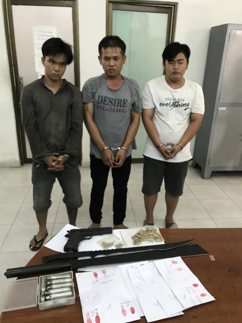 Bắt nhóm thanh niên trẻ mua bán ma túy có sử dụng súng - ảnh 1