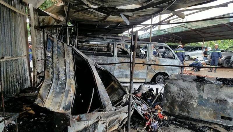 Cháy bãi giữ xe gần sân bay Tân Sơn Nhất, 3 ô tô bị thiêu rụi - ảnh 3