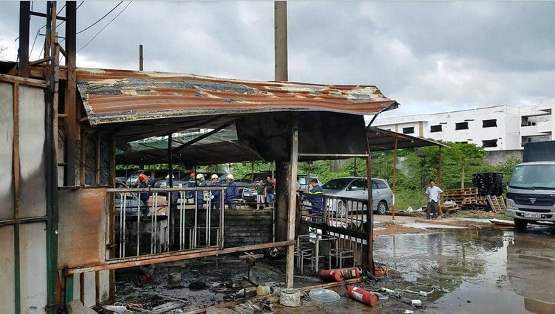 Cháy bãi giữ xe gần sân bay Tân Sơn Nhất, 3 ô tô bị thiêu rụi - ảnh 4