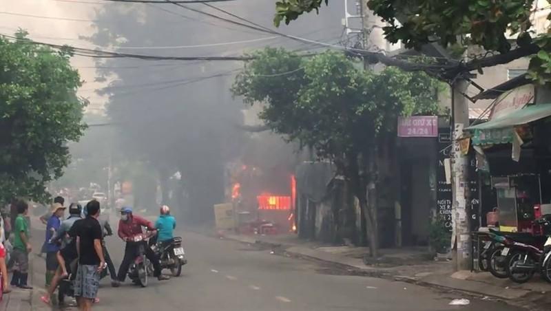 Cháy bãi giữ xe gần sân bay Tân Sơn Nhất, 3 ô tô bị thiêu rụi - ảnh 2