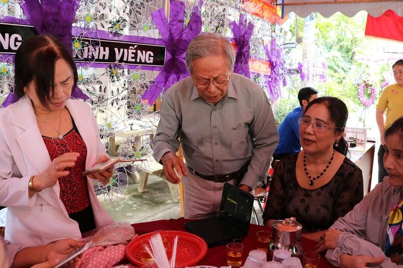 Cụ già đến tiễn anh hùng Nguyễn Văn Thương bằng lời hát - ảnh 3