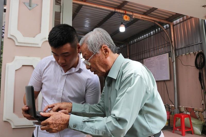 Cụ già đến tiễn anh hùng Nguyễn Văn Thương bằng lời hát - ảnh 1