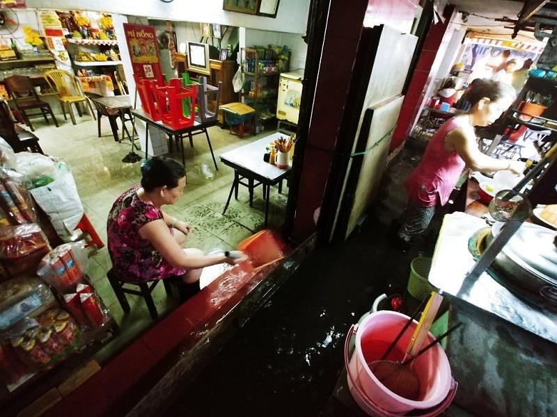 Người dân TP.HCM chật vật với nạn ngập sau bão số 9 - ảnh 3