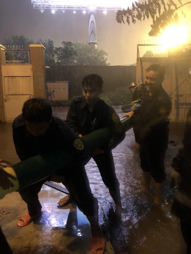 Người dân TP.HCM chật vật với nạn ngập sau bão số 9 - ảnh 8