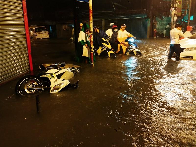 Người dân TP.HCM chật vật với nạn ngập sau bão số 9 - ảnh 5