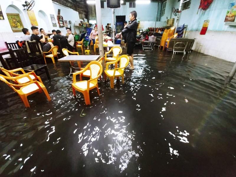 Người dân TP.HCM chật vật với nạn ngập sau bão số 9 - ảnh 2