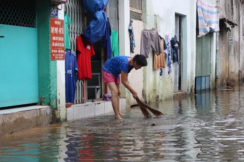 Dân TP.HCM đi chợ bằng xuồng sau bão số 9 - ảnh 10