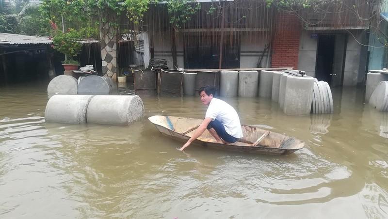 Dân TP.HCM đi chợ bằng xuồng sau bão số 9 - ảnh 9
