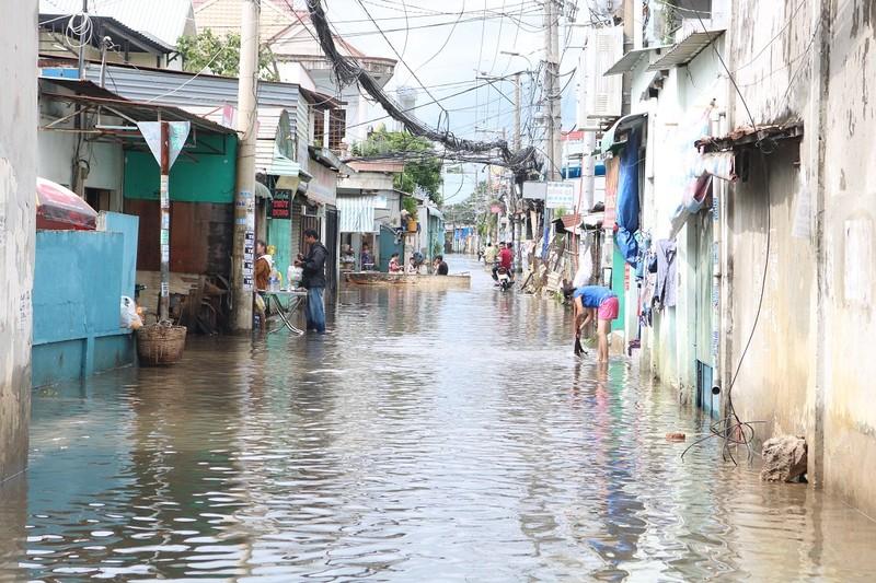Dân TP.HCM đi chợ bằng xuồng sau bão số 9 - ảnh 1