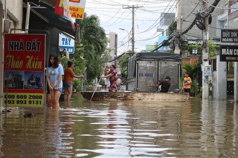 Dân TP.HCM đi chợ bằng xuồng sau bão số 9 - ảnh 3