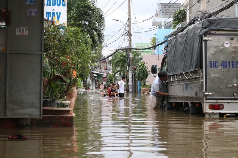 Dân TP.HCM đi chợ bằng xuồng sau bão số 9 - ảnh 5
