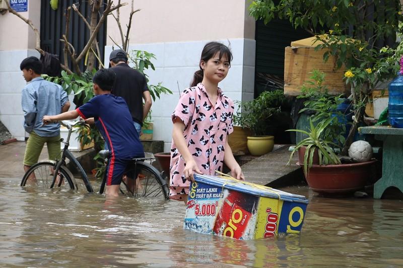 Dân TP.HCM đi chợ bằng xuồng sau bão số 9 - ảnh 7