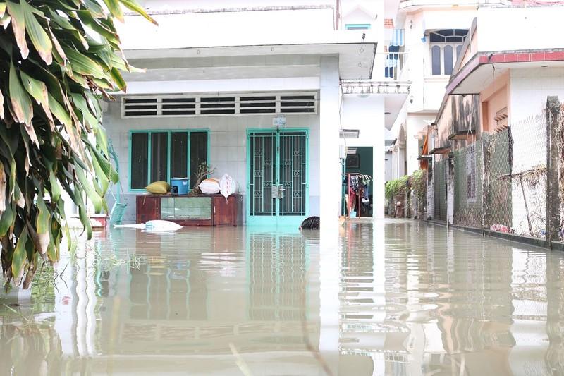 Đi thuê nhà nghỉ vì nhà vẫn ngập sâu trong nước - ảnh 3