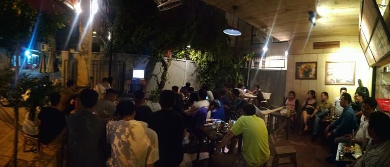Quán nhậu, quán cà phê chật cứng người xem Việt Nam đá bán kết - ảnh 3