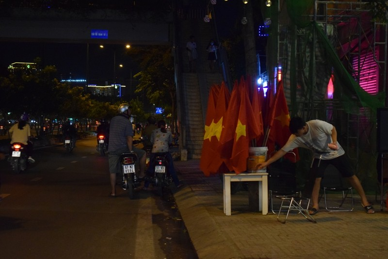 Quán nhậu, quán cà phê chật cứng người xem Việt Nam đá bán kết - ảnh 9