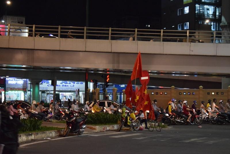 Quán nhậu, quán cà phê chật cứng người xem Việt Nam đá bán kết - ảnh 10