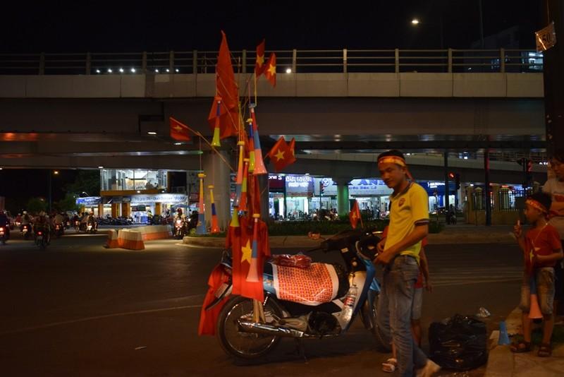 Quán nhậu, quán cà phê chật cứng người xem Việt Nam đá bán kết - ảnh 4