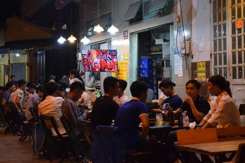 Quán nhậu, quán cà phê chật cứng người xem Việt Nam đá bán kết - ảnh 5