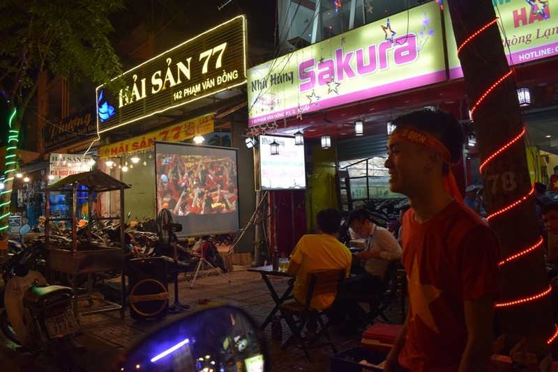 Quán nhậu, quán cà phê chật cứng người xem Việt Nam đá bán kết - ảnh 2